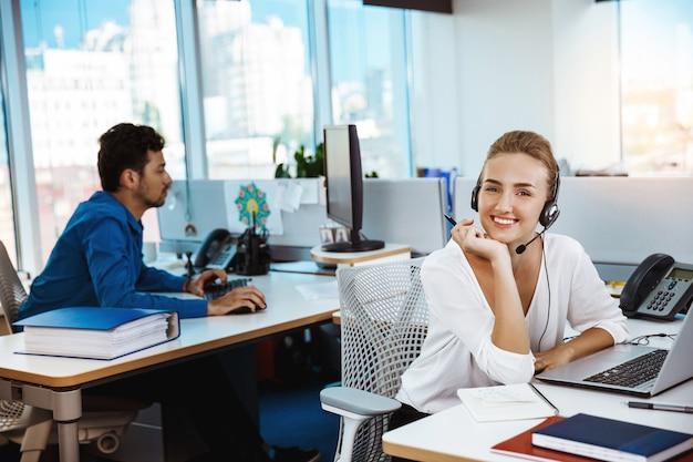 Junge schöne weibliche unterstützung telefonist sprechen, beratung, über büro