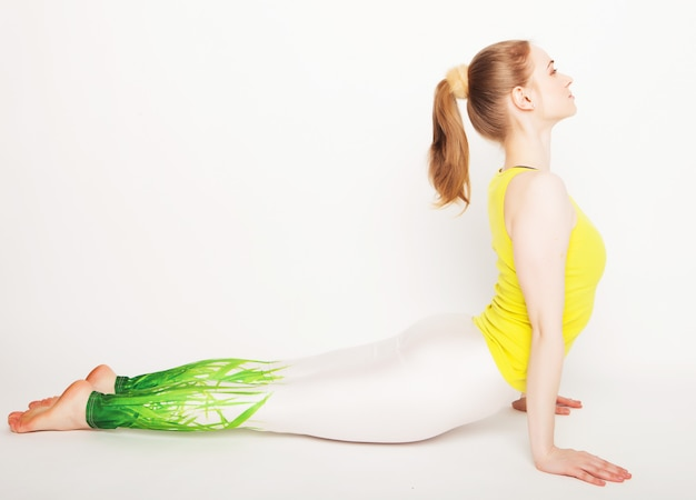 Junge schöne yogaaufstellung