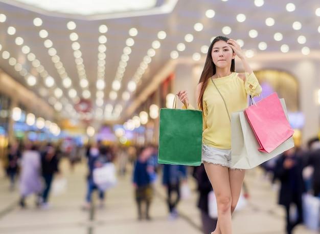 Junge schönheit asiatische mädchen einkaufen und papiertüte im kaufhaus halten?