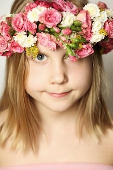 Junge schönheit, kleines mädchen und blumen