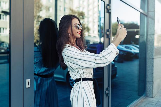 Junge schönheitsfrau machen selfie für selbst smartphone