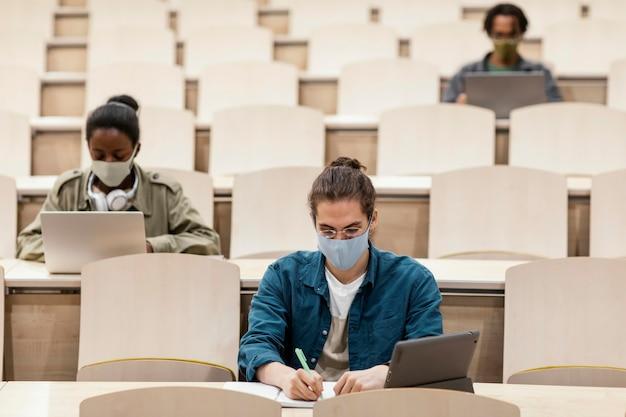 Junge schüler, die eine klasse besuchen