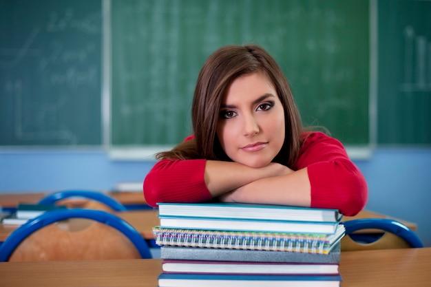 Junge schüler im klassenzimmer