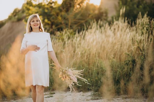 Junge schwangere frau im park