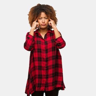 Junge schwarze afrofrau, die eine konzentrationsgeste tut
