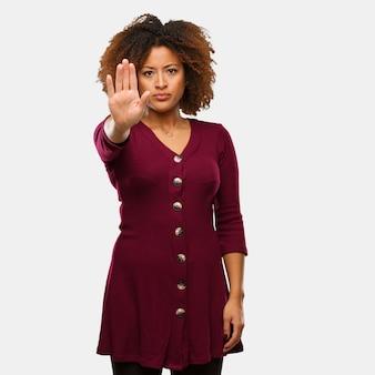 Junge schwarze afrofrau, die hand in front einsetzt