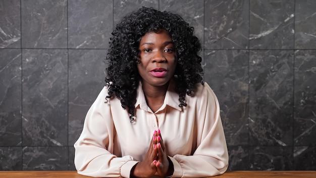 Junge schwarze arbeiterin spricht beim online-bewerbungsgespräch