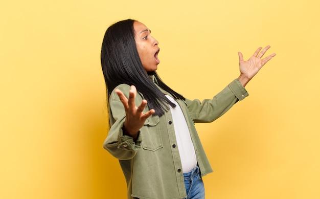 Junge schwarze frau, die bei einem konzert oder einer show oper aufführt oder singt und sich romantisch, künstlerisch und leidenschaftlich fühlt