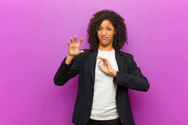 Junge schwarze geschäftsfrau, die angewidert und übel sich fühlt