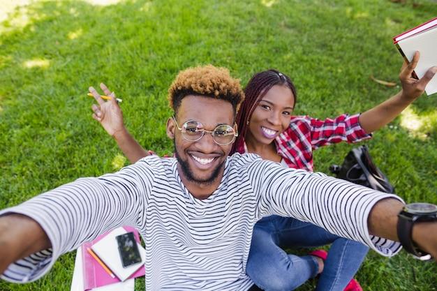 Junge schwarze studenten posieren beim studieren