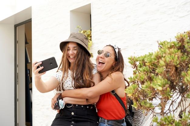 Junge schwestern machen ein selfie. konzept des sommers, familie ...