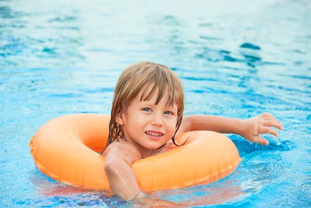 Junge schwimmen üben