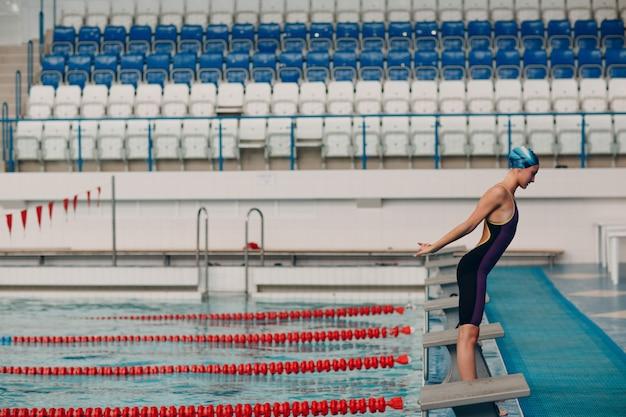 Junge schwimmerin schwimmt im schwimmbad