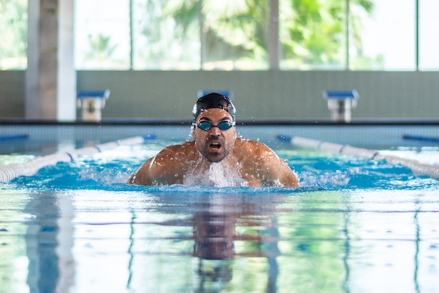 Junge schwimmermannschwimmen im olympischen pool