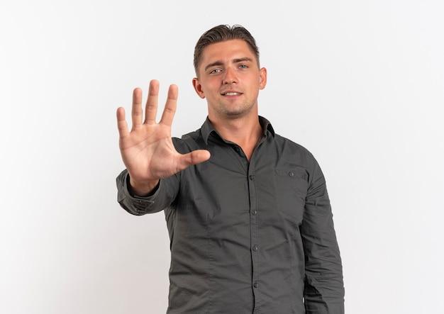 Junge selbstbewusste blonde hübsche manngesten stoppen handzeichen lokalisiert auf weißem hintergrund mit kopienraum