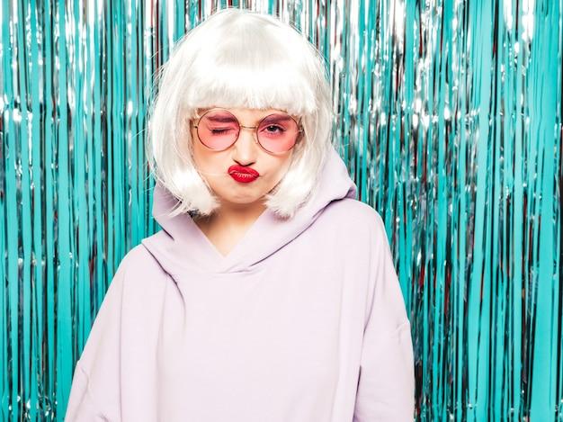 Junge sexy lächelnde hipster-mädchen in weißer perücke und roten lippen. schöne trendige frau in sommerkleidung. werde verrückt