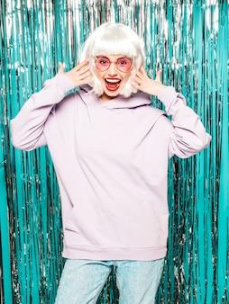 Junge sexy lächelnde hipster-mädchen in weißer perücke und roten lippen. schöne trendige frau in sommerkleidung.