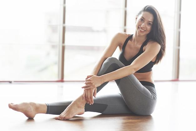 Junge sexy sportfrau im fitnessstudio.