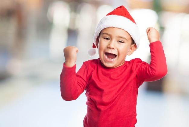 Junge sieger mit weihnachtsmann-hut
