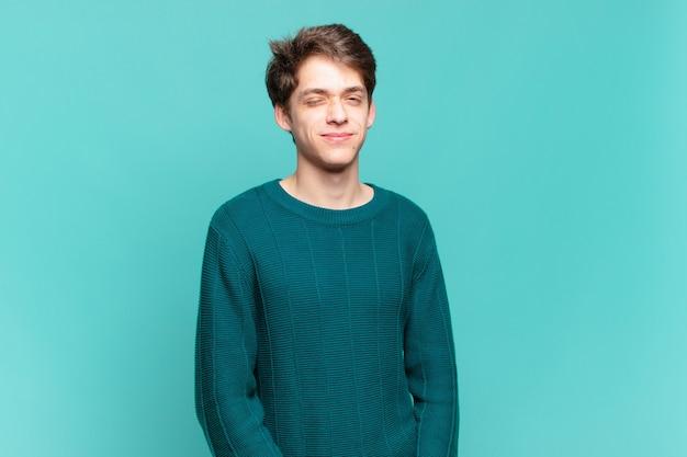 Junge sieht glücklich und freundlich aus, lächelt und zwinkert dir mit einer positiven einstellung zu