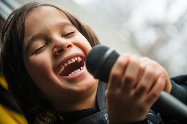 Junge singt
