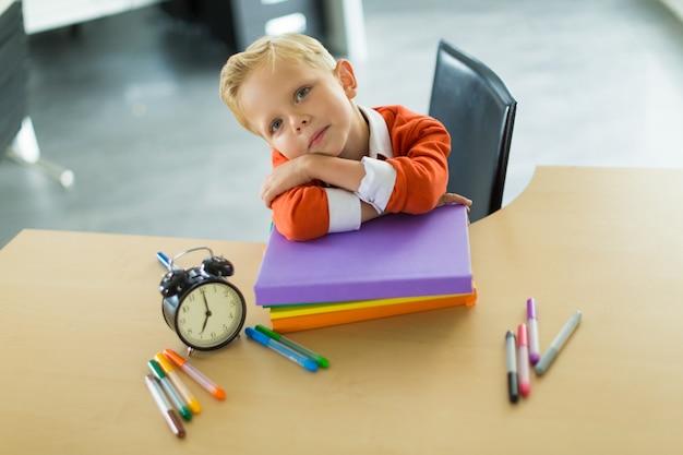 Junge sitzen am schreibtisch im büro