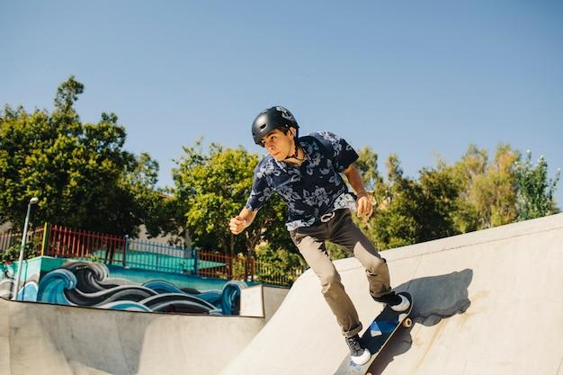 Junge skater verbessern seine fähigkeiten