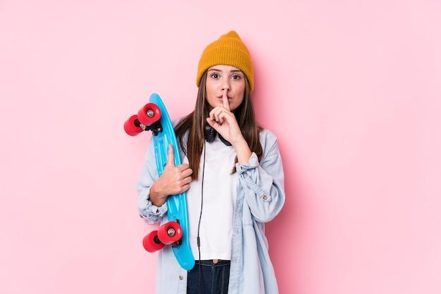 Junge skaterfrau, die einen schlittschuh hält, der ein geheimnis hält oder um stille bittet