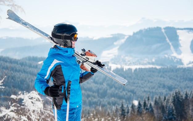 Junge skifahrerin am berg