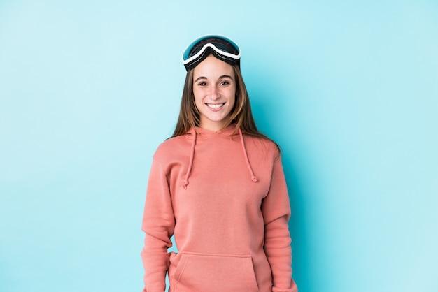 Junge skifahrerin isoliert glücklich, lächelnd und fröhlich.