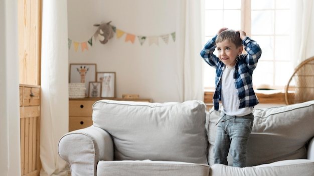 Junge spielt auf dem sofa
