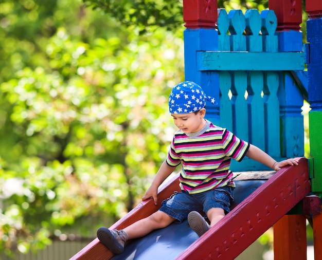 Junge spielt auf rutsche
