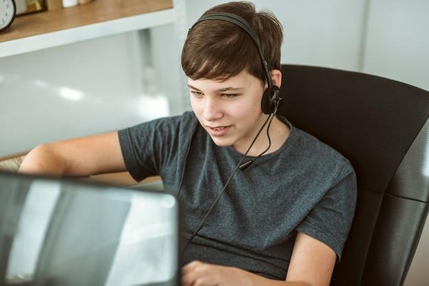 Junge spielt ein online-spiel mit seinen freunden