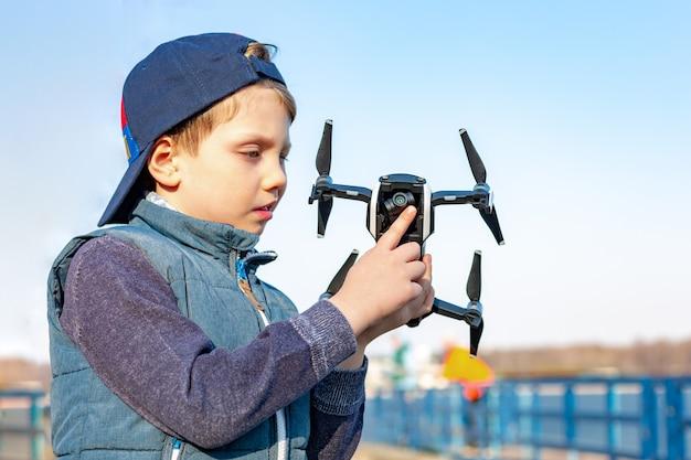 Junge spielt mit seinem quadrocopter