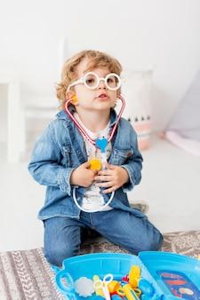Junge spielt mit stethoskop