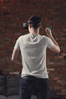 Junge spielt mit vr-headset zu hause