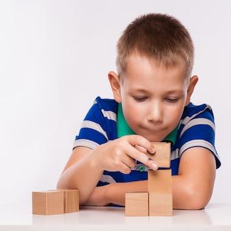 Junge spielt mit würfeln