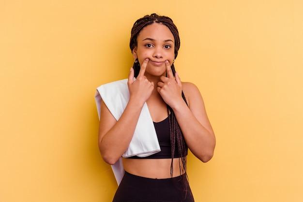 Junge sport afroamerikanerfrau mit falschem lächeln