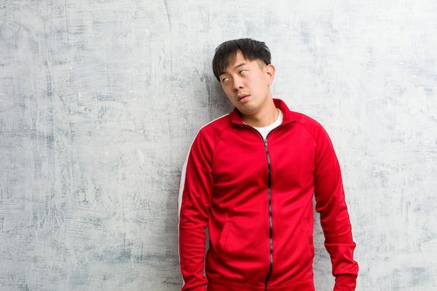 Junge sport fitness chinesisch müde und gelangweilt