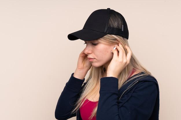 Junge sportblonde frau, die musik hört