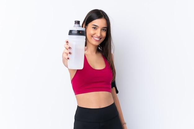 Junge sportbrünette frau mit sportwasserflasche