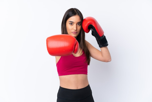Junge sportbrünette frau über weiß mit boxhandschuhen