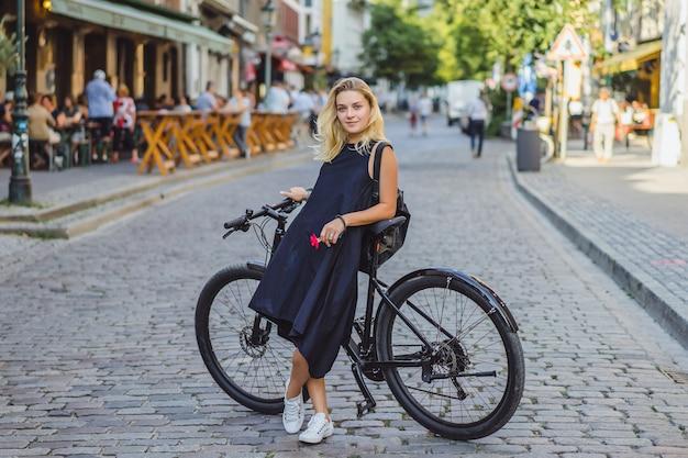 Junge sportfrau auf einem fahrrad in einer europäischen stadt. sport in urbanen umgebungen.