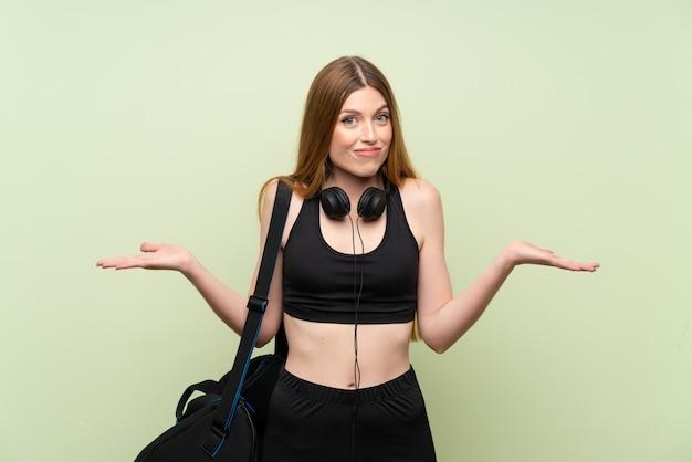 Junge sportfrau, die zweifel mit verwirren gesichtsausdruck hat
