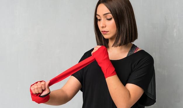 Junge sportfrau in den verpackenverbänden