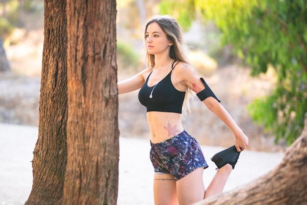 Junge sportfrau in einem park an draußen