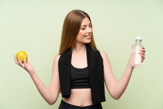 Junge sportfrau mit einem apfel