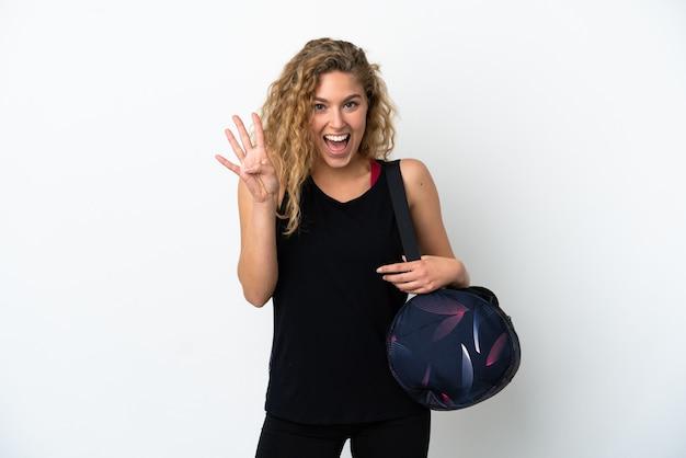 Junge sportfrau mit sporttasche isoliert auf weißem hintergrund glücklich und zählt vier mit den fingern