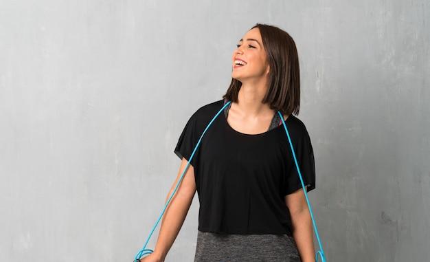 Junge sportfrau mit springendem seil