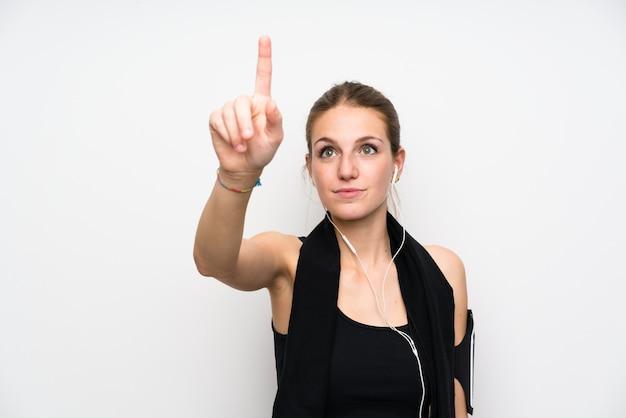 Junge sportfrau über getrenntem weißem berühren auf transparentem bildschirm